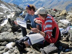 Bergwerk Plantorin: Diskussion unter Teilnehmenden über die geologischen Verhältnisse. © André Puschnig