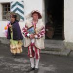 """Die Tagungsteilnehmer werden am """"Chemin du Sel"""" von S. Cirafici und P.-Y. Pièce mit ihren historischen Kostümen in frühere Bergbau-Epochen zurückversetzt. © André Puschnig"""