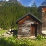 Schutzhütte mit Bahnstation