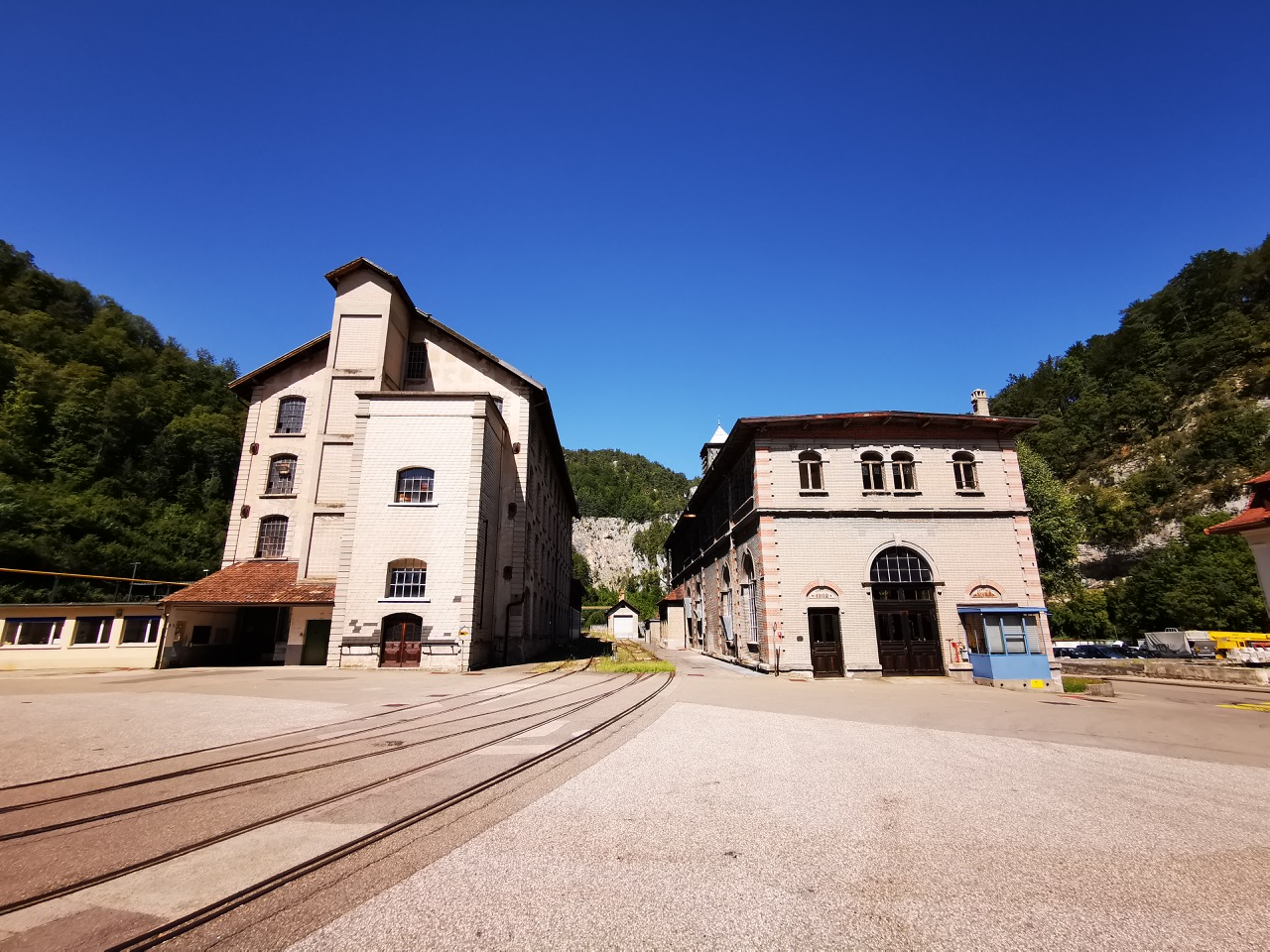 Gebäude rechts vonRoll Museum